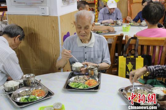 社区的父老饭堂为白叟供给了方便(材料图) 叶建波 摄