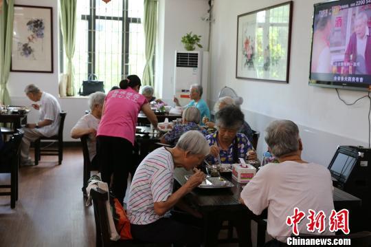 """广州80岁以上白叟收费享用""""年夜配餐""""(材料图) 叶建波 摄"""