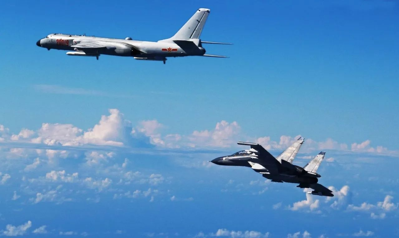 2016年9月25日,中国空军多型战机飞越宫古海峡检验远海实战能力。图为轰-6K、苏-30战机参加训练。(新华社发 邵晶 摄)