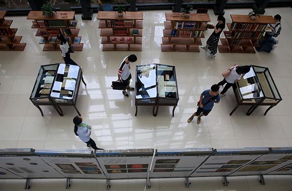 几名大学生在西南大学图书馆参观重庆地方志展览.视觉中国