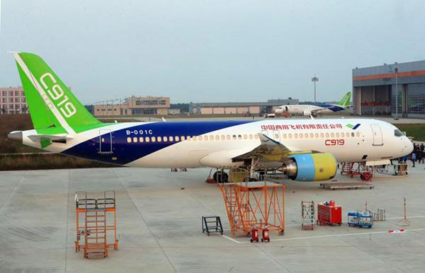 国产大飞机c919同时现身上海中国商飞试飞中心.