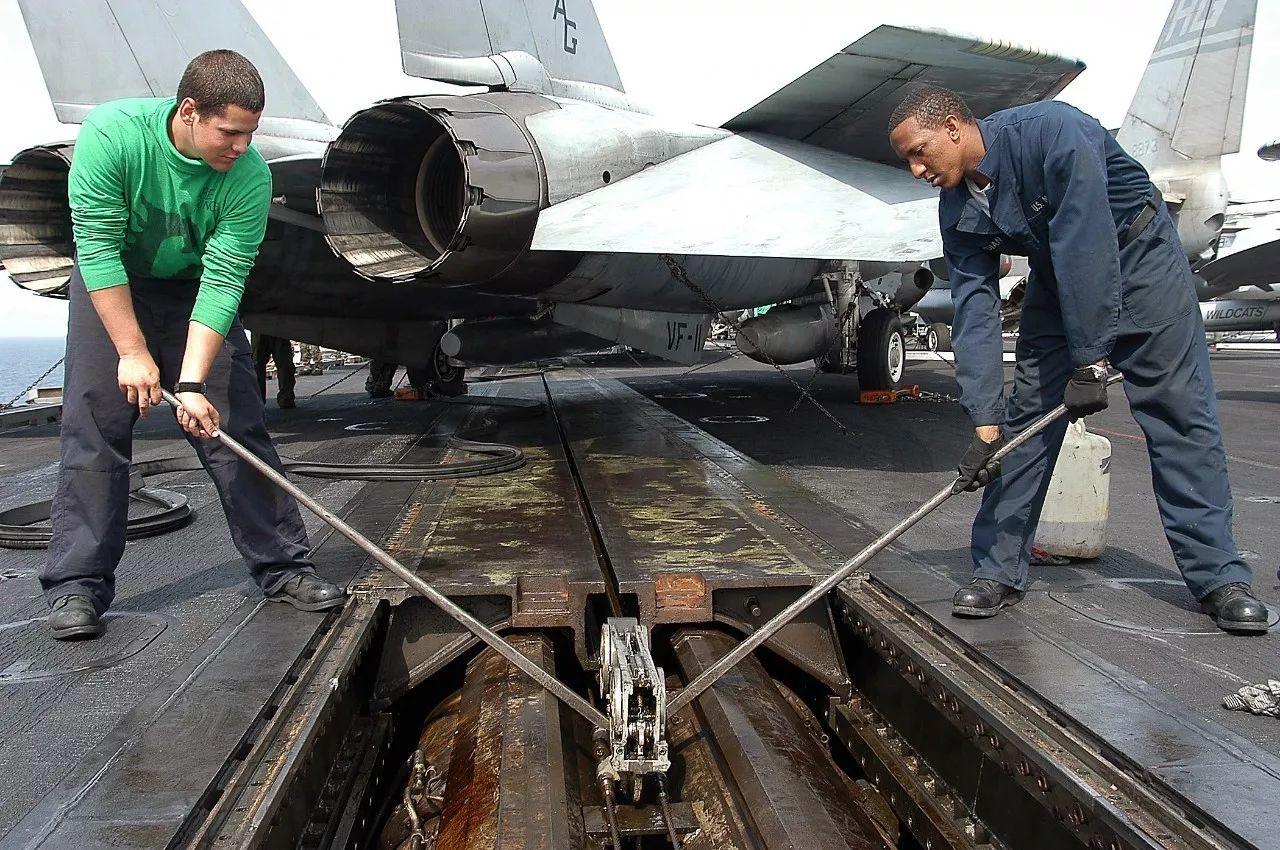 ▲美国海军正在检修蒸汽动力弹射系统。(维基百科)