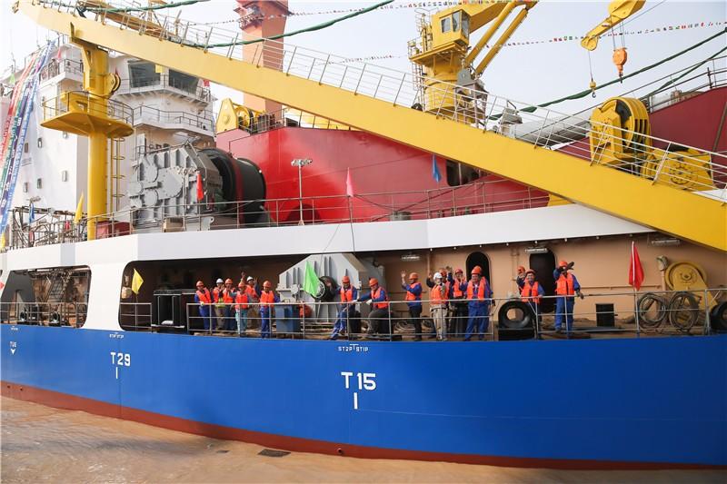"""11月3日,在位于江苏启东的上海振华重工造船厂,""""天鲲号""""上的工作人员在向岸边的同事挥手致意。新华社记者 丁汀 摄"""