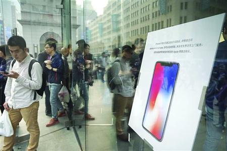 比起往年新款iPhone手机发售首日的火爆场面,今年的热度有所下降。 /晨报记者 朱影影