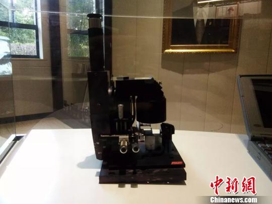 """""""四大镇馆之宝""""之李昌钰在上世纪七八十年代所在实验室用的第一台显微镜。 供图 摄"""