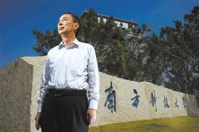 2013年11月1日,朱清时在南方科技大学校门口。图片来自新华社