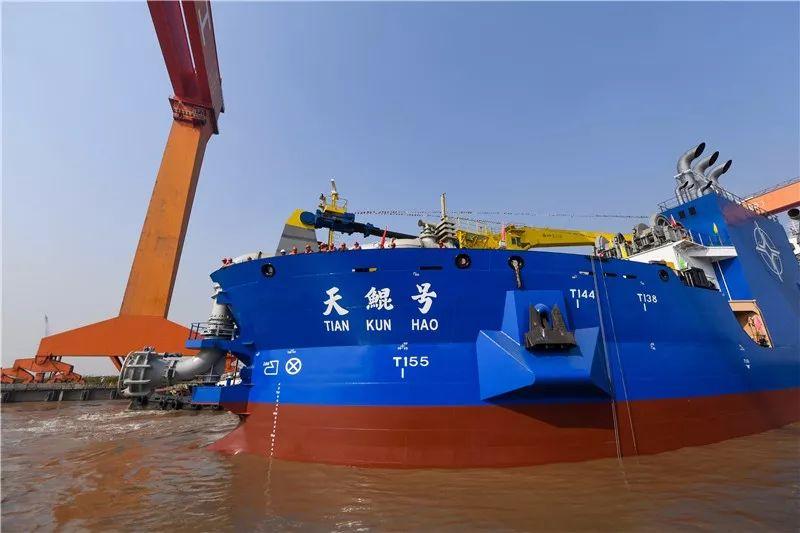 """11月3日,在位于江苏启东的上海振华重工造船厂,""""天鲲号""""开出船坞。新华社记者 白禹 摄"""