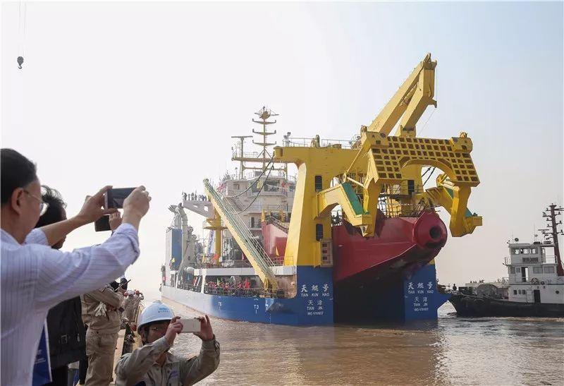 """11月3日,在位于江苏启东的上海振华重工造船厂,""""天鲲号""""下水。新华社记者 丁汀 摄"""