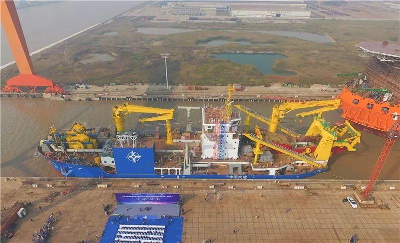 """11月3日航拍的停靠在位于江苏启东的上海振华重工造船厂码头的""""天鲲号""""自航绞吸挖泥船。新华社记者 丁汀 摄"""