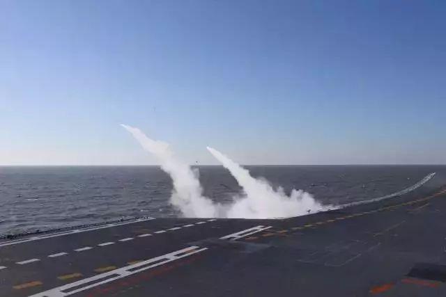 ▲ 辽宁舰发射舰空导弹,拦截来袭目标