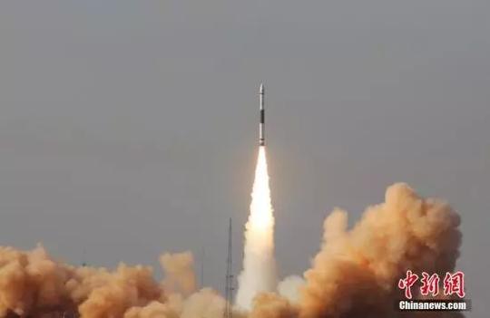 """1月9日12时11分,中国""""快舟一号甲""""通用型固体运载火箭成功在酒泉卫星发射中心发射""""吉林一号""""灵巧视频03星,同时搭载""""行云试验一号""""、""""凯盾一号""""两颗立方体星。图为火箭发射瞬间。中新社发 亓创 摄"""