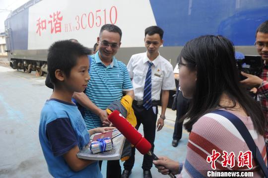 """捧着一沓火车票前来参加开放日活动的刘浩钦,成了""""小明星"""",媒体纷纷追访。 蒋雪林 摄"""