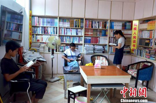 图为学生在农家图书馆内阅读。 叶清晖 摄
