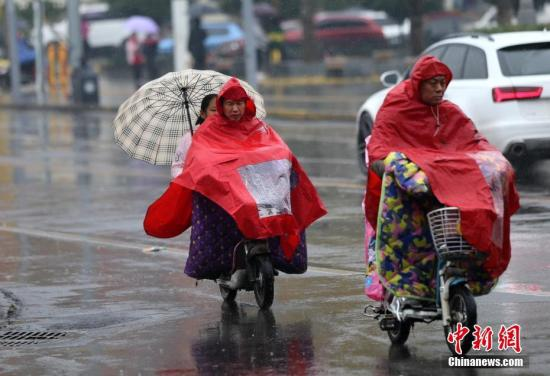 10月31日,西安城区下起了小雨。近日,随着冷空气的抵达,西安天气阴冷。中新社记者 张远 摄