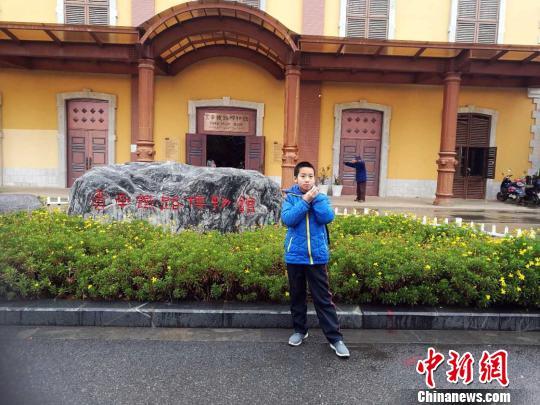 刘浩钦在昆明参观云南铁路博物馆时留影。 刘竑林 摄