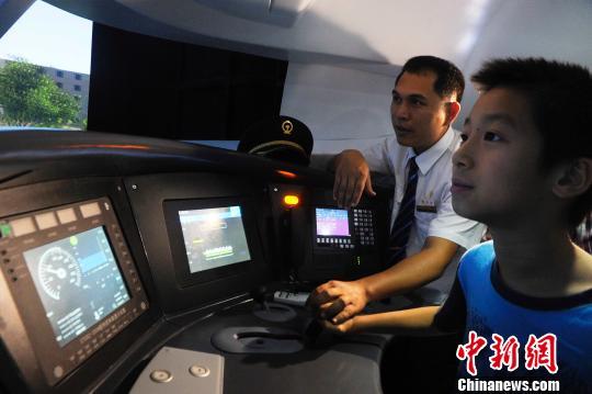 刘浩钦在动车模拟驾驶舱里体验动车驾驶技术。 蒋雪林 摄