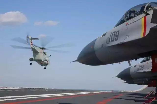 ▲舰载直升机从辽宁舰飞行甲板起飞升空