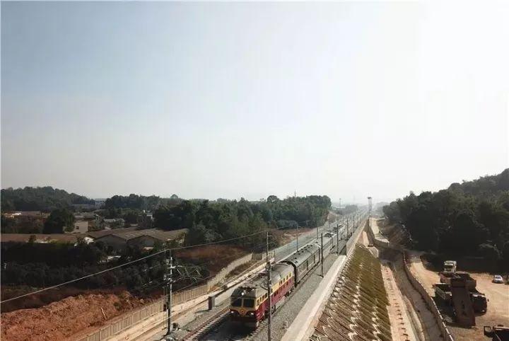 11月5日,长株潭城际铁路长沙站以西段全面启动联调联试,为线路开通运营提供科学依据。(图/掌上长沙)
