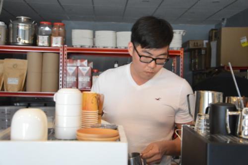 天津小伙纽约开咖啡店 盼将品牌推向整个美东地区