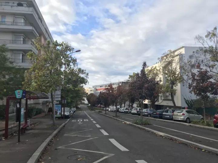 大巴士就停在超市与酒店之间的空地路边。