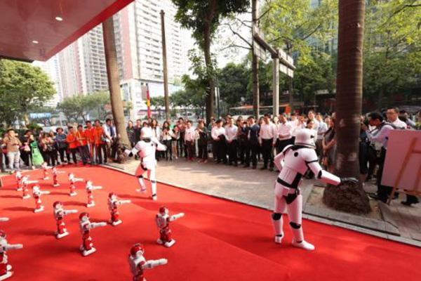 开业现场机器人表演。