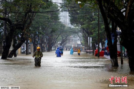 图为台风登陆后的越南顺化街头。