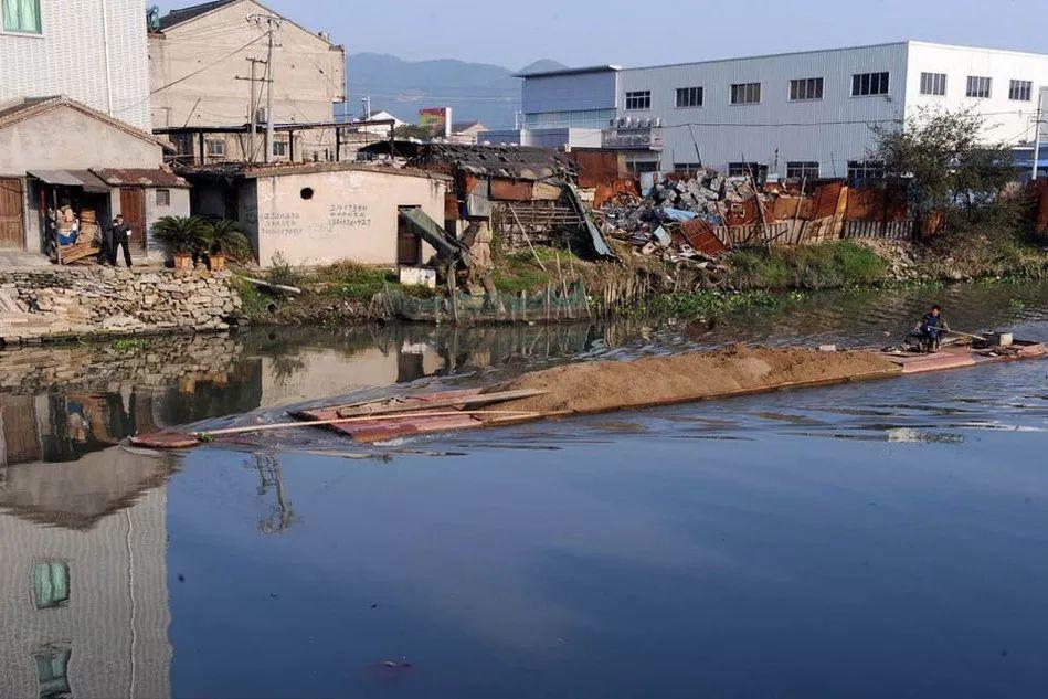 """▲资料图片:2011年11月23日,由于加工大量""""洋垃圾"""",浙江台州路桥峰江工业区周边河道污染严重。"""