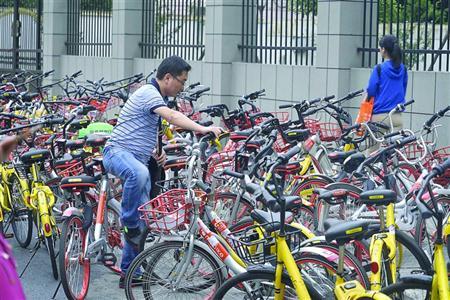 沪上临时停车场共享单车堆积如山 最高达五六米