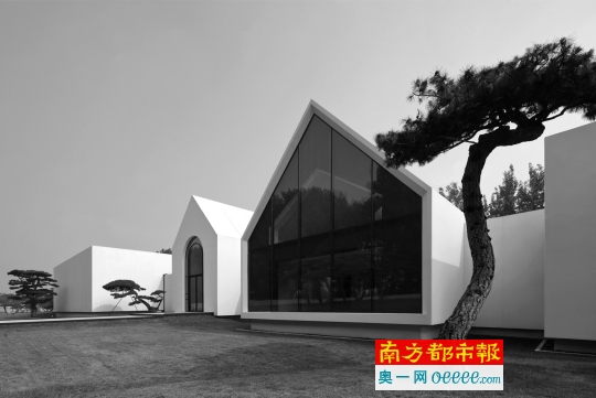 """""""松美术馆""""外景一瞥。它是由荒废了20多年的赛马场改建而成。"""