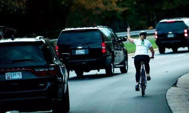 """向特朗普车队竖中指的""""女英雄"""" 被公司开除(图)"""