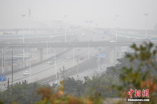 资料图:雾霾突袭湖南长沙。杨华峰 摄