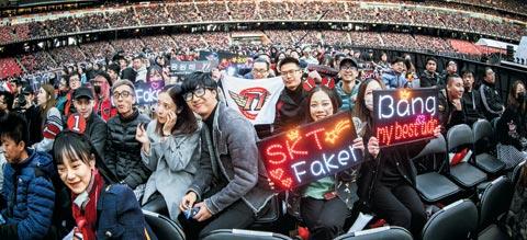 """11月4日,韩国队SKT T1的中国粉丝举着上有""""SKT Faker""""的牌子。/Riot Games"""