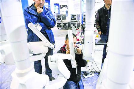 工作人员在对医疗手术机器人进行最后调试 /晨报记者 陈征