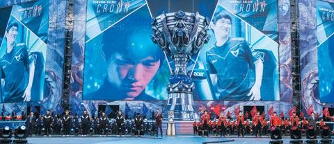 11月4日,舞台画面中正在介绍职业游戏玩家团队三星Galaxy的选手们。/AF韩联社
