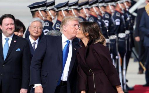 7日,驻韩美军乌山基地,特朗普献吻夫人