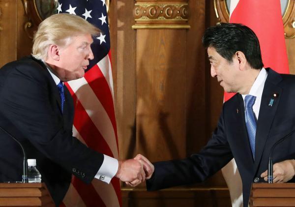 当地时间2017年11月6日,美国总统特朗普与日本首相安倍晋三进行了首脑会谈。视觉中国 图