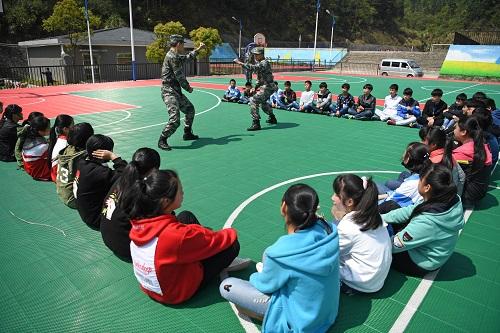 资料图:部队官兵为江西省南昌市湾里区梅岭学校的学生们上了一堂生动的国家安全教育课。新华社记者 万象 摄
