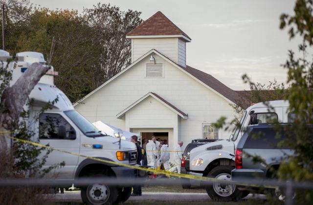 11月5日,在美国得克萨斯州萨瑟兰斯普林斯镇,盘问职员在爆发枪击工作的教堂盘问。(新华/美联)