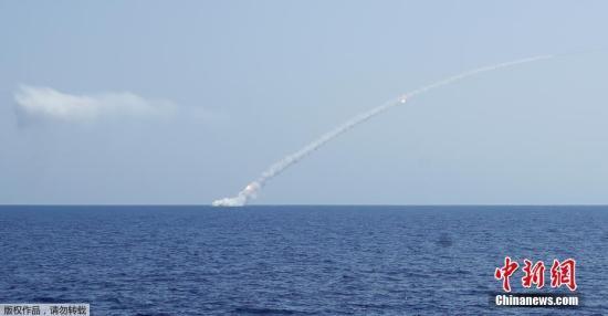 """当地时间2017年9月14日,地中海,据俄罗斯卫星网14日报道,俄国防部消息称,俄军潜艇发射""""口径""""巡航导弹,打击""""伊斯兰国""""位于叙代尔祖尔郊区的指挥部、通信站和弹药库。"""