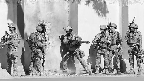 图说:阿富汗安全人员7日在电视台外处置事态。