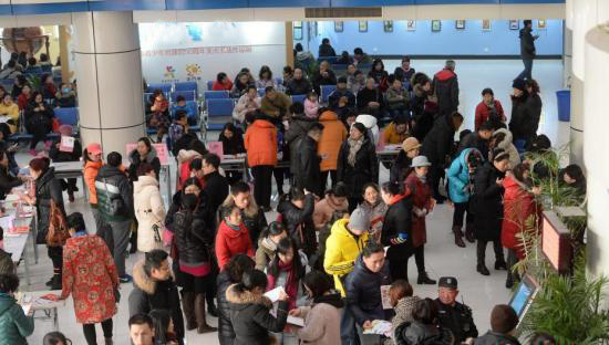 家长早起给孩子报培训班。视觉中国 资料图