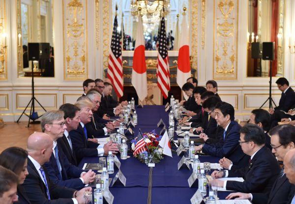 11月6日,在日本首都东京,日本首相安倍晋三与到访的美国总统特朗普举行会谈。 新华社发
