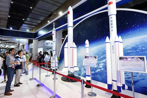 资料图片:6月9日,参观者在参观展出的长征系列运载火箭模型。新华社记者 鞠焕宗 摄