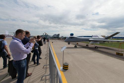 """资料图片:7月18日,在俄罗斯首都莫斯科郊外的茹科夫斯基市,参观者拍摄""""翼龙""""I无人机全尺寸模型。新华社记者 白雪骐 摄"""