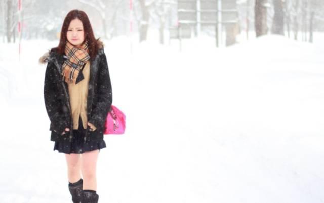 北海道女高中生在雪天穿短裙露腿上学。(视频截图)