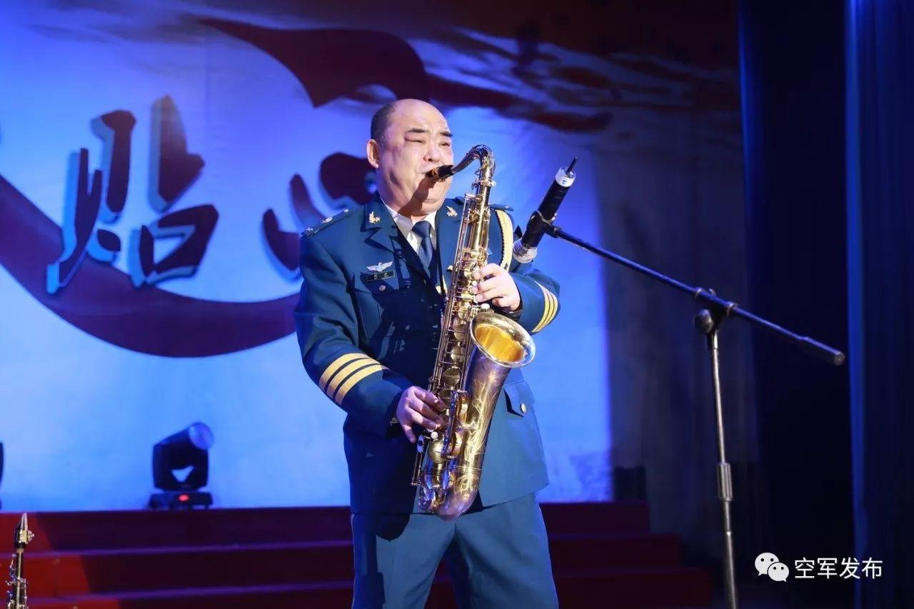 魏源表演萨克斯独奏《回家》和《快乐的瓦巴士》