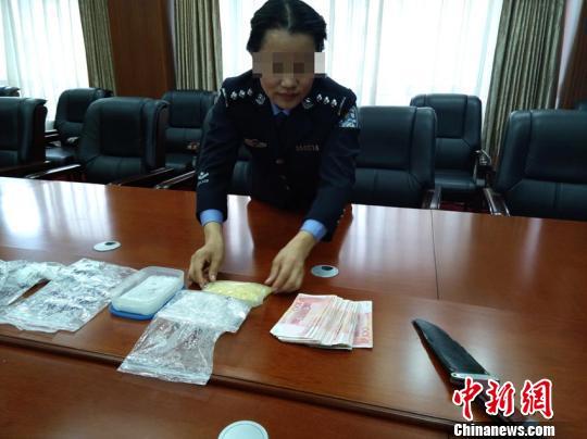 警方缴获的毒品、现金及刀具等 柴家权 摄