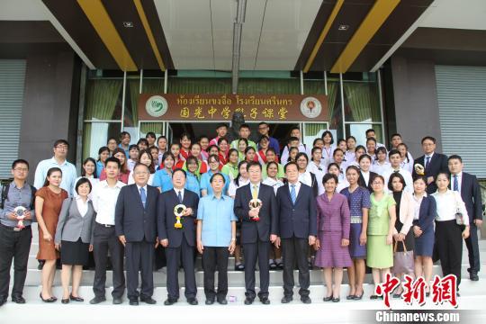 从北京华文学院学成归来的国光中学学生李金花也从生活和学习两个方面图片