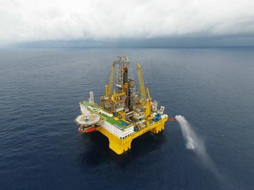 """资料图片:这是在我国南海神狐海域进行天然气水合物试采作业的""""蓝鲸一号""""钻探平台(5月16日摄)。新华社记者 梁旭 摄"""