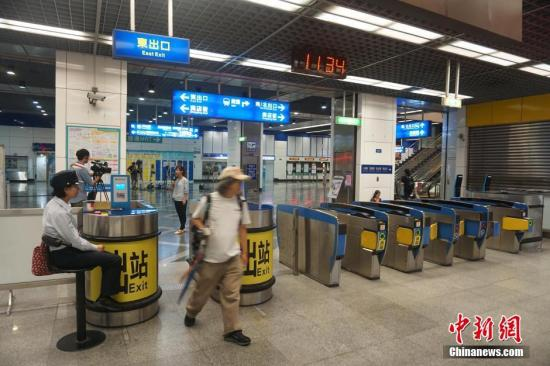 资料图:爆炸事件发生后,台铁松山站站口增加了值班警力。中新社记者 陈孟统 摄